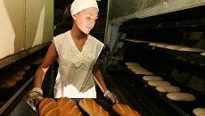 Выпечка хлеба на хлебозаводе. Архивное фото