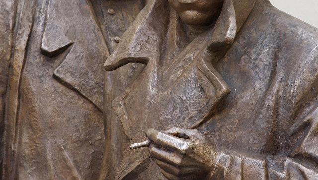 Скульптурная композиция Место встречи изменить нельзя. Архивное фото