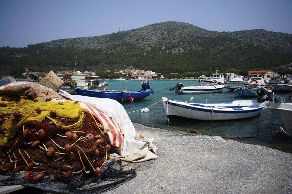 Вид на одну из пристаней в городе Пифагория на острове Самос в Греции.