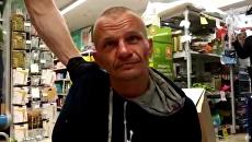 Мужчина, захвативший заложницу в магазине Дикси в Москве. 1 июля 2018