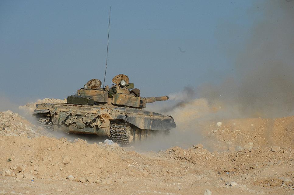 Танк отряда ополчения «Фатимиюн» на переднем крае в горах в десяти километрах от Пальмиры.