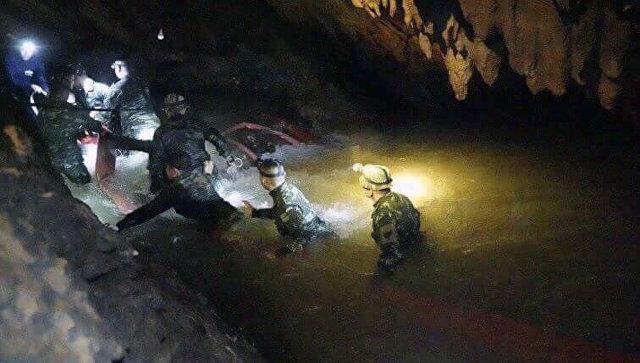 Тайская спасательная команда в пещерном комплексе, где 12 мальчиков и их тренер по футболу пропали без вести, в провинции Мае Саи на севере Таиланда. Архивное фото