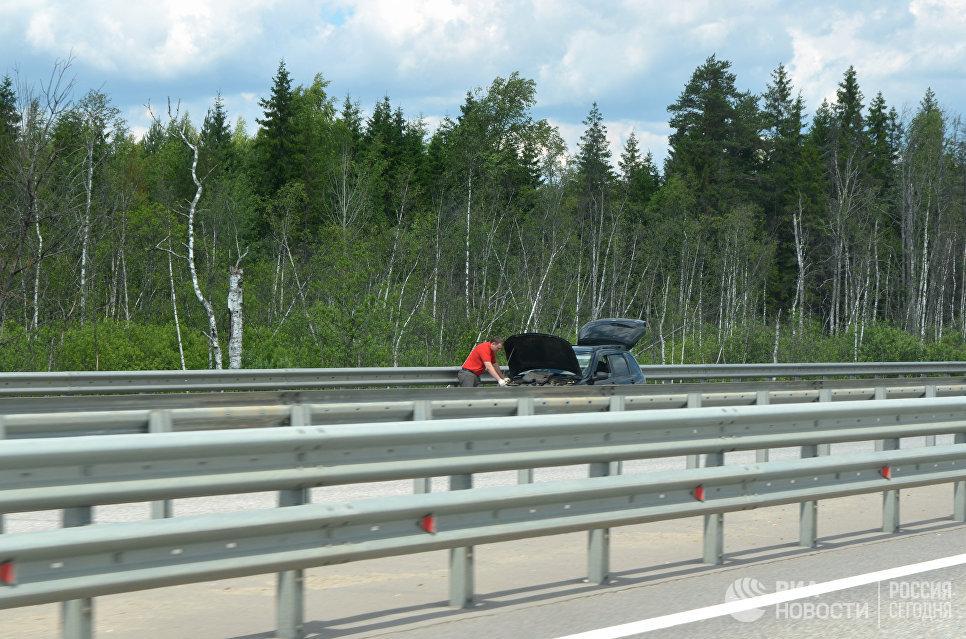 Сломанный автомобиль на трассе М11.