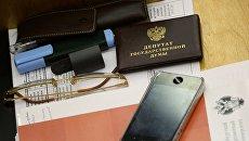 Рабочее место в зале заседаний Госдумы РФ. Архивное фото