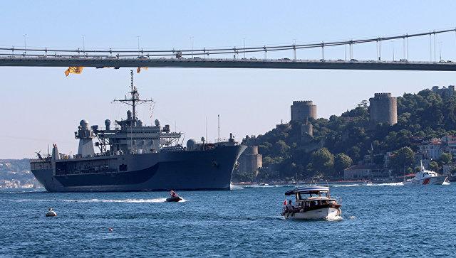 Флагманский корабль Шестого флота США USS Mount Whitney на пути к Черному морю. 7 июля 2018
