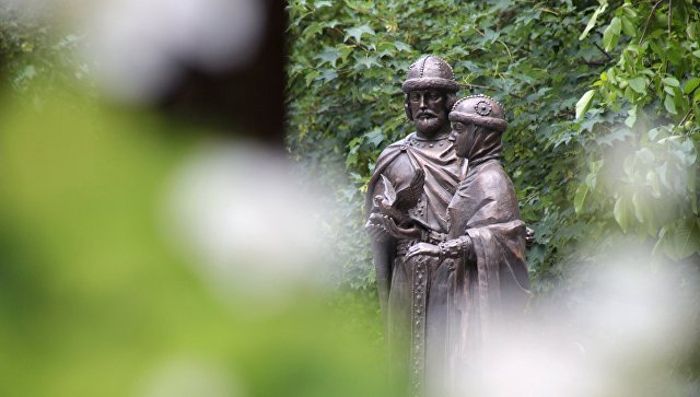 Памятник святым Петру и Февронии в Детском парке в Симферополе