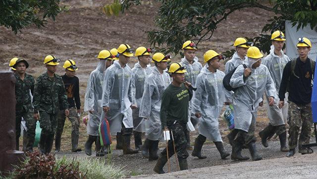 Спасатели у пещеры Тхам Луанг в провинции Чиангмай, Таиланд. 10 июля 2018