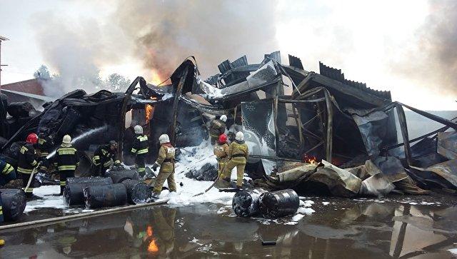 Сотрудники МЧС во время ликвидации пожара на складе с моторным маслом Екатеринбурге