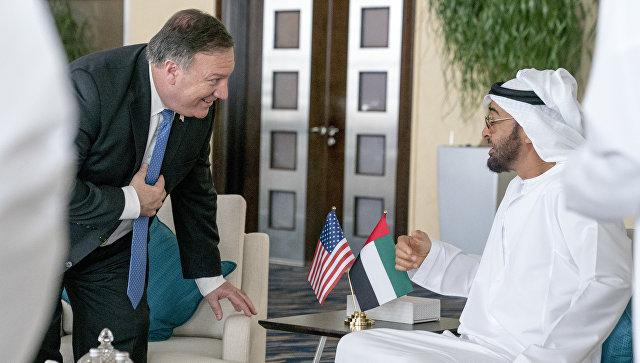 Государственный секретарь США Майк Помпео и наследный принц Абу-Даби шейх Мохаммед бин Заид Аль Нахайян встречаются во Дворце Аль-Шати в Абу-Даби, ОАЭ. 10 июля 2018
