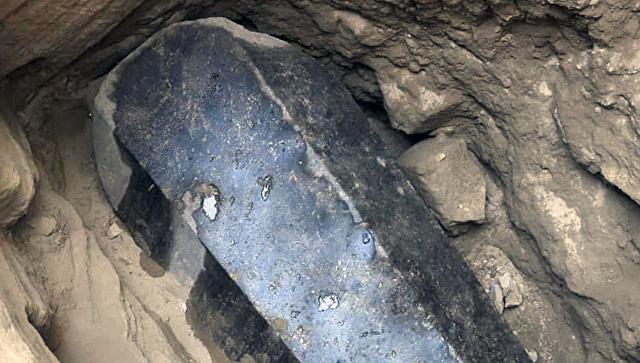 Огромный черный саркофаг, обнаруженный под зданием в районе города Александрия