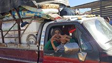 Сирийцы уезжают из лагеря для беженцев в Ливане. Архивное фото