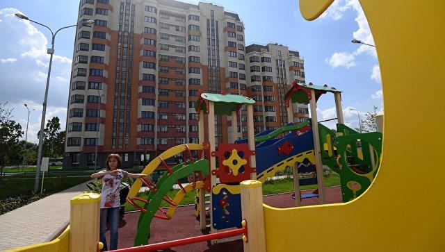 Детская площадка у многоэтажного жилого дома, предназначенного для переселения участников программы реновации. Архивное фото