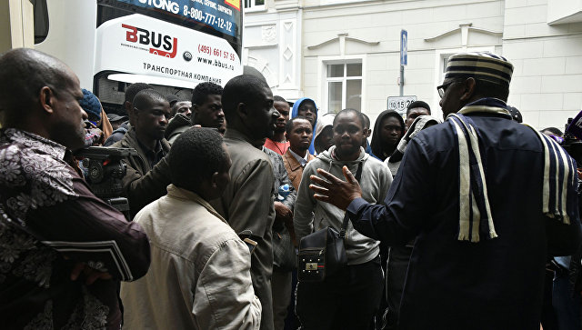 Посол Нигерии в России Стив Дэвис Угба и нигерийцы, приехавшие в Россию под видом болельщиков, у здания посольства Нигерии в Москве