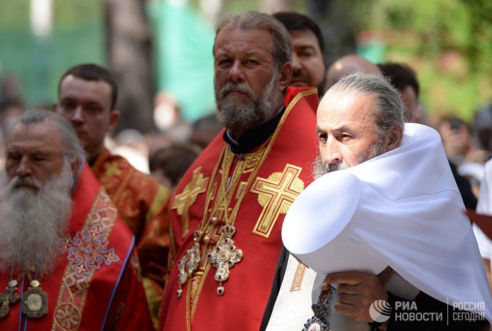 Священнослужители и епископы Русской православной церкви во время освящения храма Федоровской иконы Божией матери