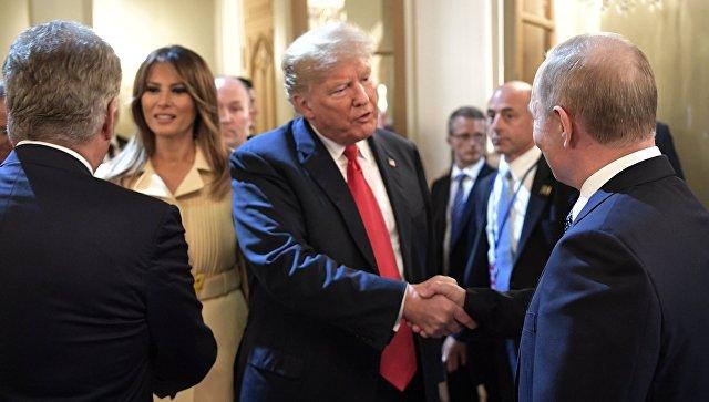резидент РФ Владимир Путин и президент США Дональд Трамп с супругой Меланьей после совместной пресс-конференции по итогам встречи в Хельсинки. 16 июля 2018
