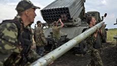 Солдаты украинской армии заряжают ракетно-пусковую установку Град в Луганской области. Архивное фото