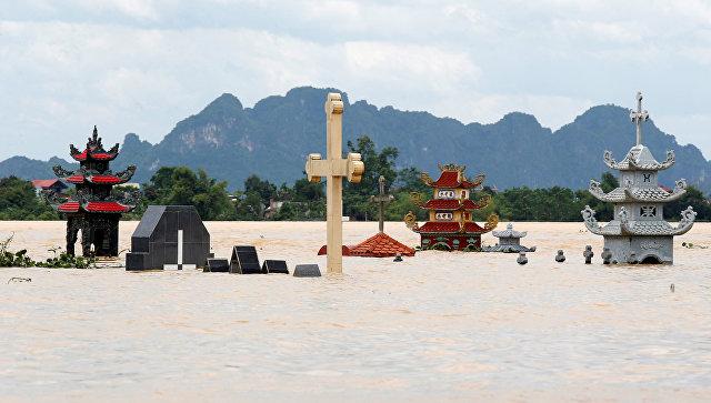 Гробницы после затопления, вызванного тропической бурей Сон-Тинь в провинции Нинь Бинь, Вьетнам. 22 июля 2018