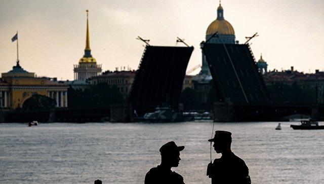 На первой сводной репетиции парада в честь Дня Военно-морского флота в акватории Невы в Санкт-Петербурге