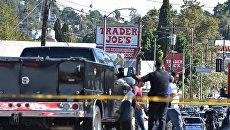 Сотрудники полиции вокруг магазина Trader Joe's, в котором вооруженный человек удерживает заложников. 21 июля 2018