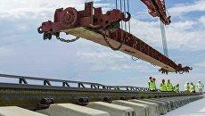 Укладка рельсов на Крымском мосту. Архивное фото
