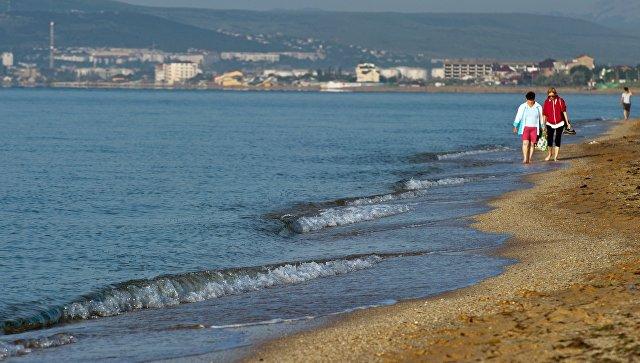 Отдыхающие на побережье Черного моря в районе Золотого пляжа в Феодосии