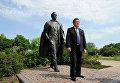 Первый заместитель председателя комитета Государственной Думы РФ по культуре, певец Иосиф Кобзон у памятника, установленного в его честь 30 августа 2003 года в Донецке на площади у Дворца молодежи Юность