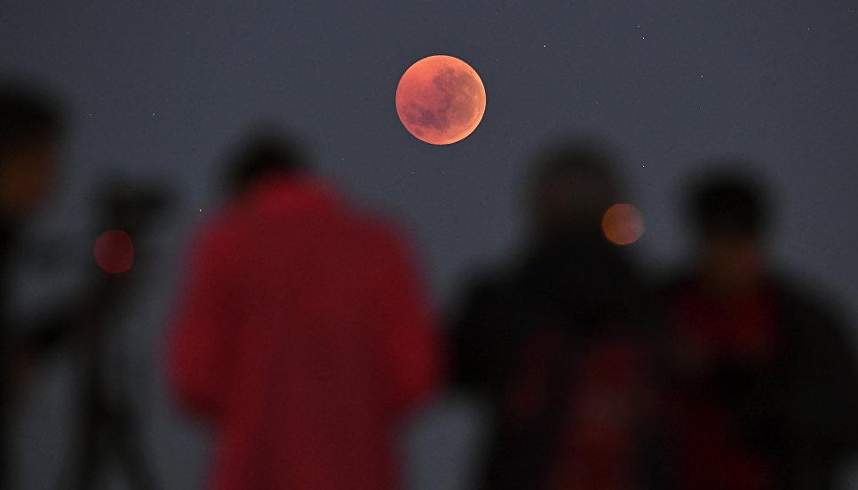 Люди в ожидании лунного затмения в Мельбурне. 27 июля 2018