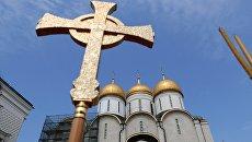 Крест во время литургии под открытым небом. Архивное фото