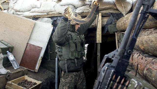Украинский военнослужащий во время подготовки боекомплекта. Архивное фото