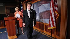 Сенаторы Клэр Маккаскилл и Джим Вебб покидаю сцену после пресс-конференции