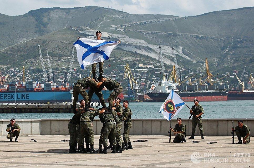 Военнослужащие спецподразделения Черноморского флота на показательном выступлении на праздновании Дня Военно-Морского Флота в Новороссийске