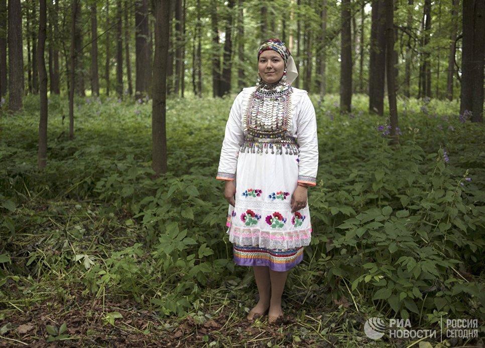 Жительница села Шоруньжа  в национальном костюме на празднике Сярем.