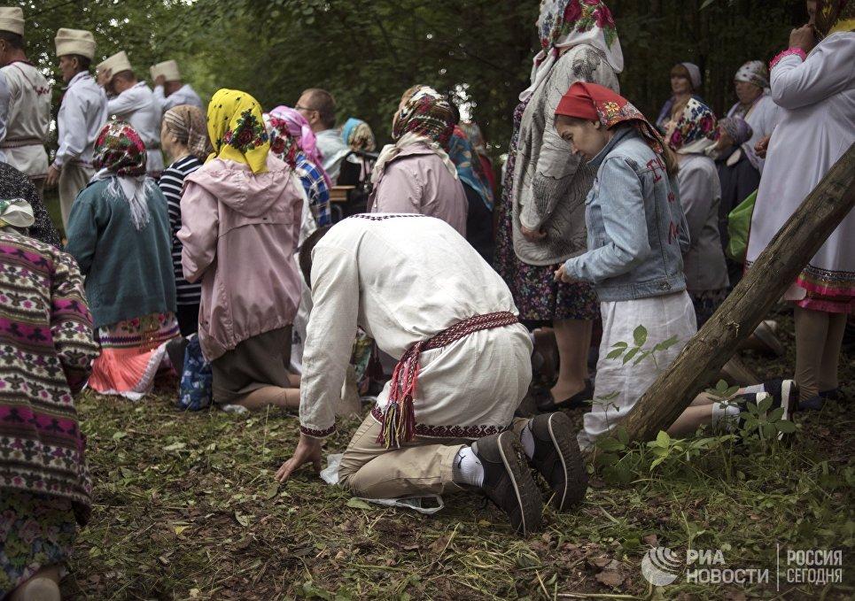 Жители села Шоруньжа во время молитвы очищения на празднике Сярем.