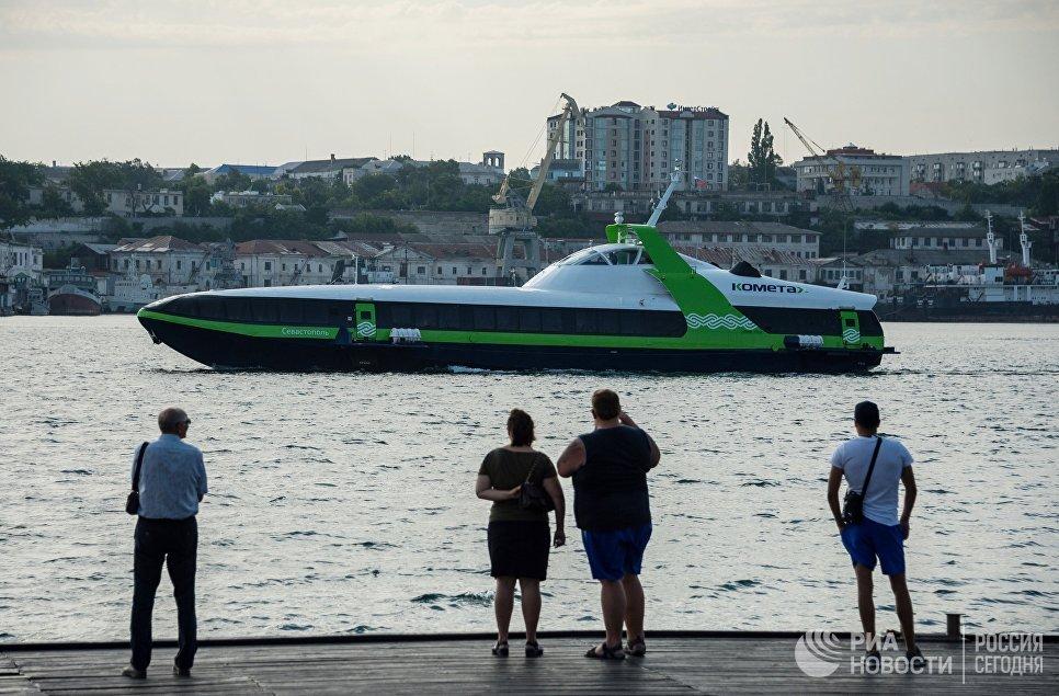 Скоростное морское пассажирское судно на подводных крыльях «Комета 120М» выполняет первый рейс по маршруту между Севастополем и Ялтой