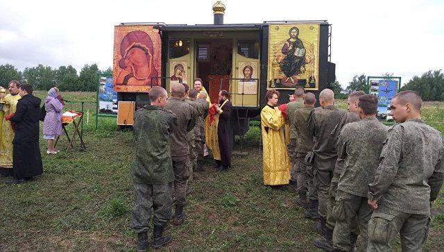 Богослужение в полевом лагере под Рязанью совершает протоиерей Михаил Васильев. Июль 2018