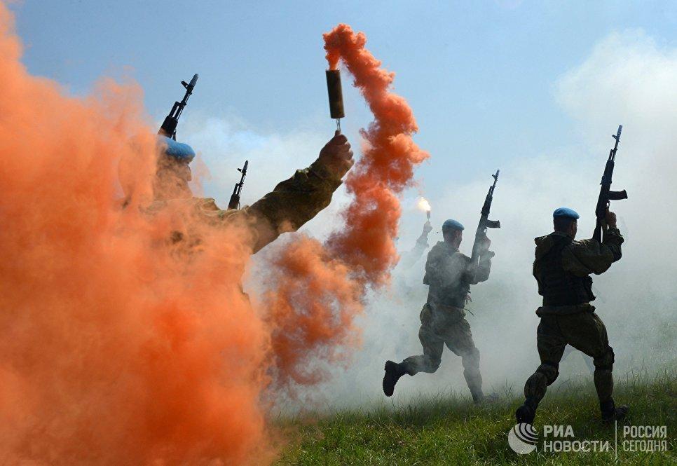 Военнослужащие Воздушно-десантных войск во время показательных выступлений на праздновании Дня  ВДВ в 83-й отдельной  гвардейской  десантно-штурмовой бригаде в городе Уссурийске