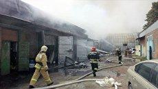 Сотрудники МЧС во время ликвидации пожара