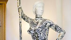 Художник Покрас Лампас нанес каллиграфити на 3D-модель Девушка с веслом