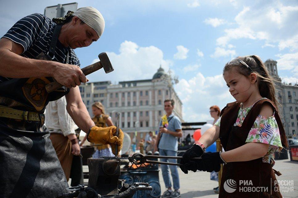 Посетители во время мастер-класса по кузнечному делу на фестивале Многонациональная Россия в Москве