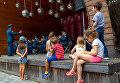 Выступление в парке, который впитал в себя дух мегаполиса от находящегося рядом комплекса Москва-Сити, но несмотря на это сохранил до наших дней природный ансамбль из старинных аллей, живописных водоемов с сетью каналов и прудов, стало по-особенному романтично