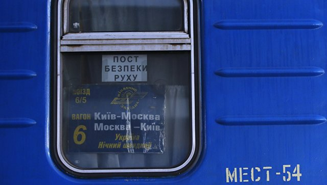 Табличка с номером вагона в окне поезда №005 Украина по маршруту Москва-Киев на перроне Центрального вокзал в Киеве. Архивное фото