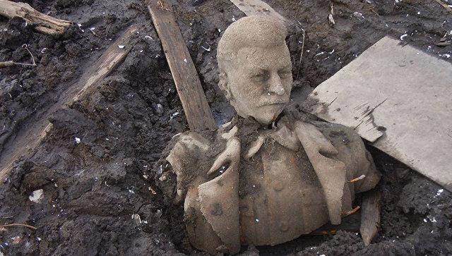 Разрушенный памятник Иосифу Виссарионовичу Сталину, поднятый со дна пруда в городе Куса Челябинской области
