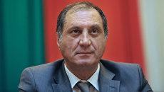Кандидат в президенты Республики Абхазия премьер-министр Сергей Шамба на Конгрессе народов Абхазии. 2011 год