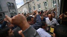 Гроб с телом журналиста Орхана Джемаля у Московской соборной мечети после отпевания. 7 августа 2018