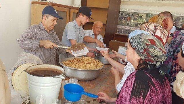 Раздача обедов в рамках  программы Помощь соотечественникам в Таджикистане. Архивное фото
