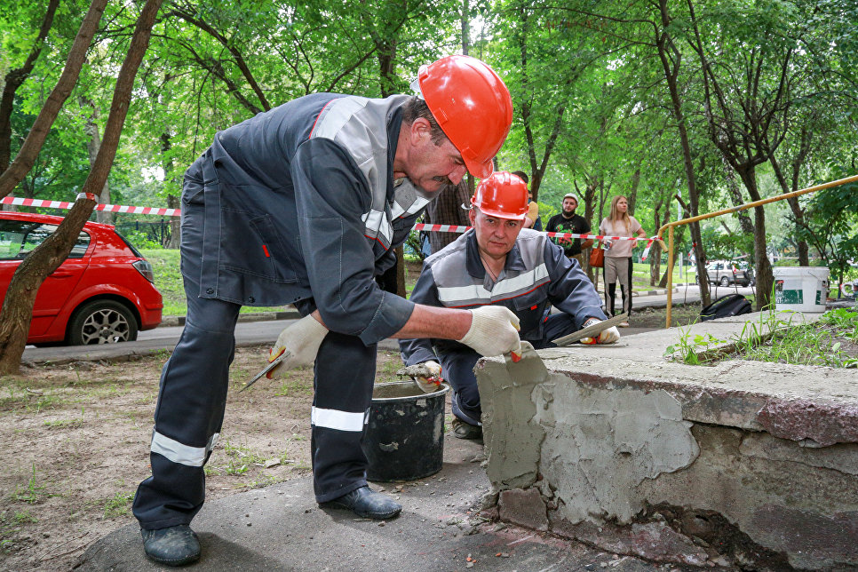 Рабочие ГБУ Жилищник ремонтируют входную группу