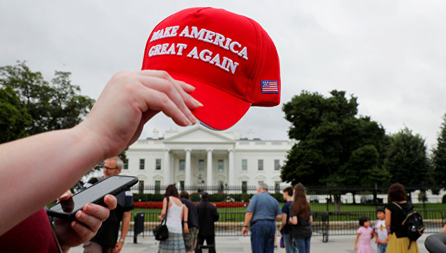 Кепка с надписью Make America Great Again у здания Белого дома в Вашингтоне, США. 2 августа 2018
