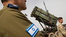 Израильский военный рядом с комплексом ПРО Патриот. Архивное фото