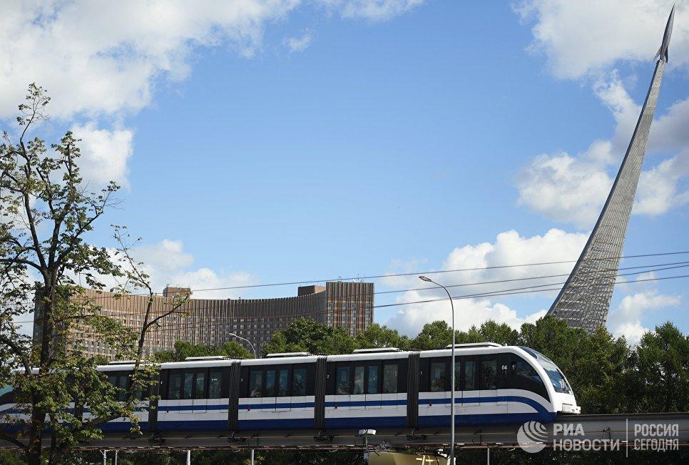 Поезд Московской монорельсовой транспортной системы в районе ВДНХ