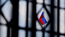 Флаг над зданием посольства России в Вашингтоне
